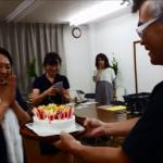 """お誕生日と言えば """"ファイヤー!"""" なケーキでお祝い"""